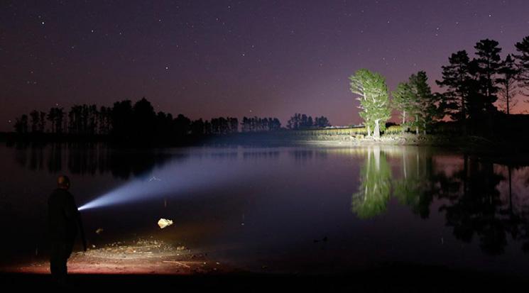 torcia led lunga distanza 450 metri 850 lumen ricaricabile professionale foto del fascio luminoso di notte